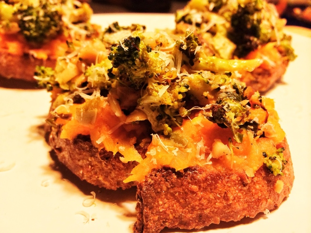 Broccoli toasts